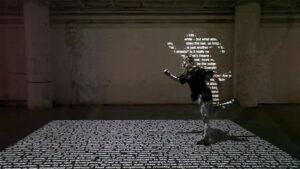 pessoa pisando em chão interativo