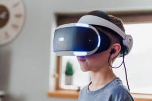 criança usando óculos de simulação de esportes