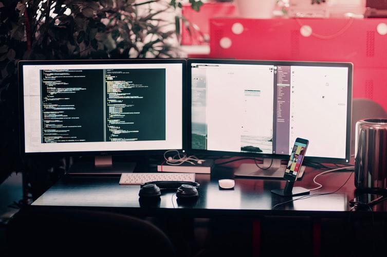 dois computadores ligados utilizando a tecnologia da informaçao