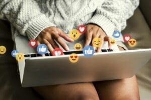 conceito de tecnologia criativa atraves de uma mulher usando o notebook