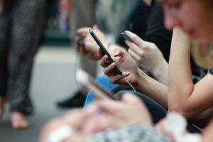 grupo de pessoas usando celulares internet das coisas