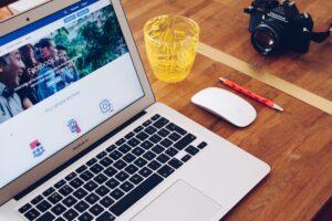 notebook apoiado a uma mesa internet das coisas