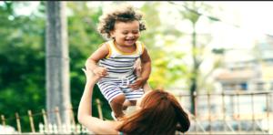 familia feliz comemorando o dia das mães 2021