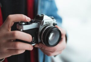 homem segurando uma maquina fotográfica