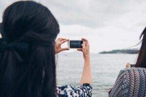mulher tirando foto com um smartphone que ganhou de presente do dia das mães 2021