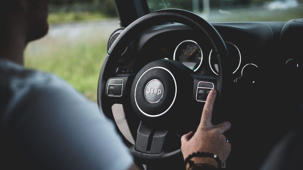 homem pilotando um carro