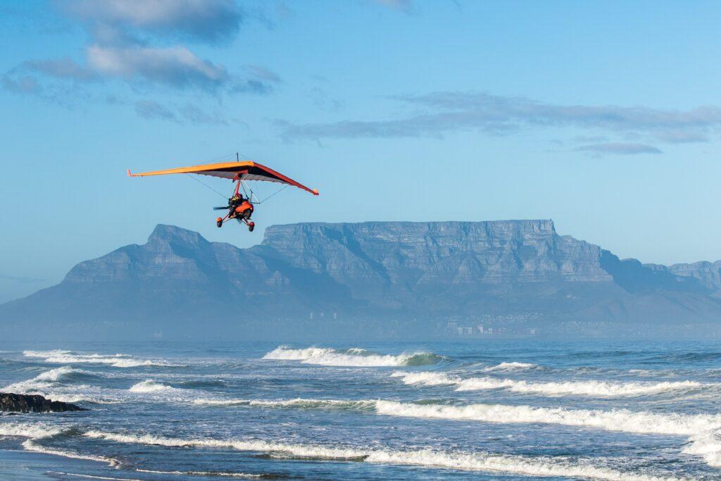 homem usando avião para voar