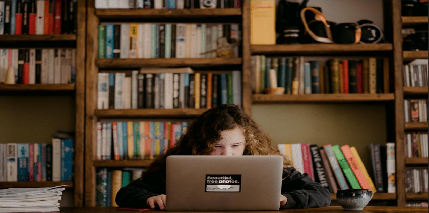 criança usando o notebook para estudar simulando a tecnologia na educação