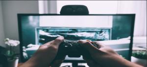 um homem jogando em um console